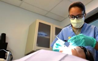 Насколько болезненная установка коронки на зуб