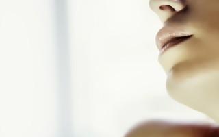 Почему растрескиваются губы и что с этим делать