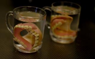 Использование таблеток для очистки зубных протезов