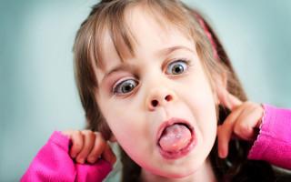 Почему появляется белый налет у ребенка, сопровождающийся запахом изо рта