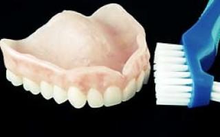 Очищение зубных протезов при помощи щеток и правила их выбора