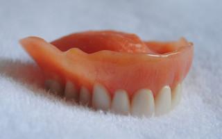 Когда стоит использовать зубные протезы из силикона