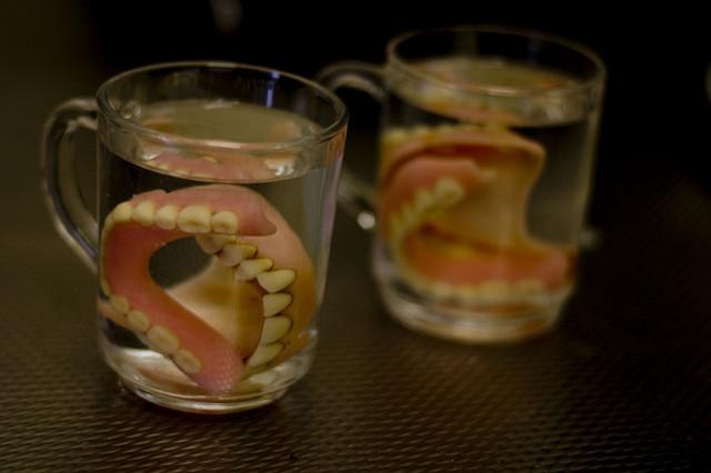 Таблетки для чистки зубных протезов