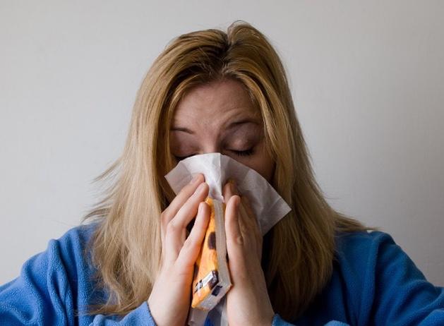 Почему во рту появляются белые комки с неприятным ароматом