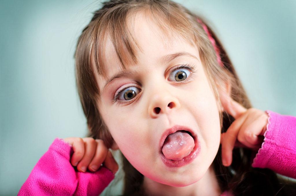 Белый налет на языке у ребенка и запах изо рта: причины и лечение