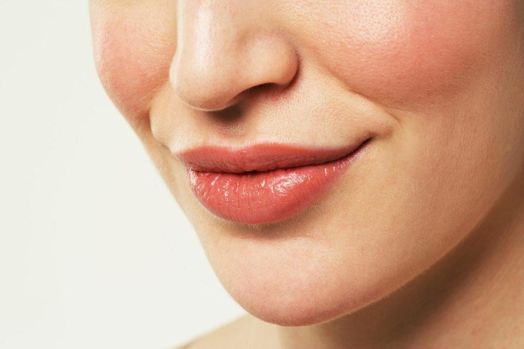 Почему опухает верхняя губа причины