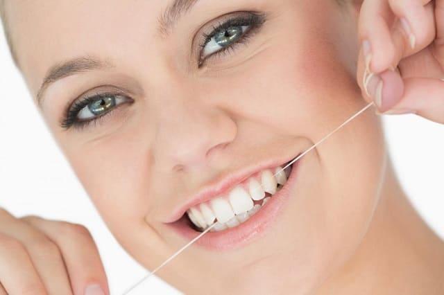 Можно ли исспользовать зубную нить при мостовидных протезах
